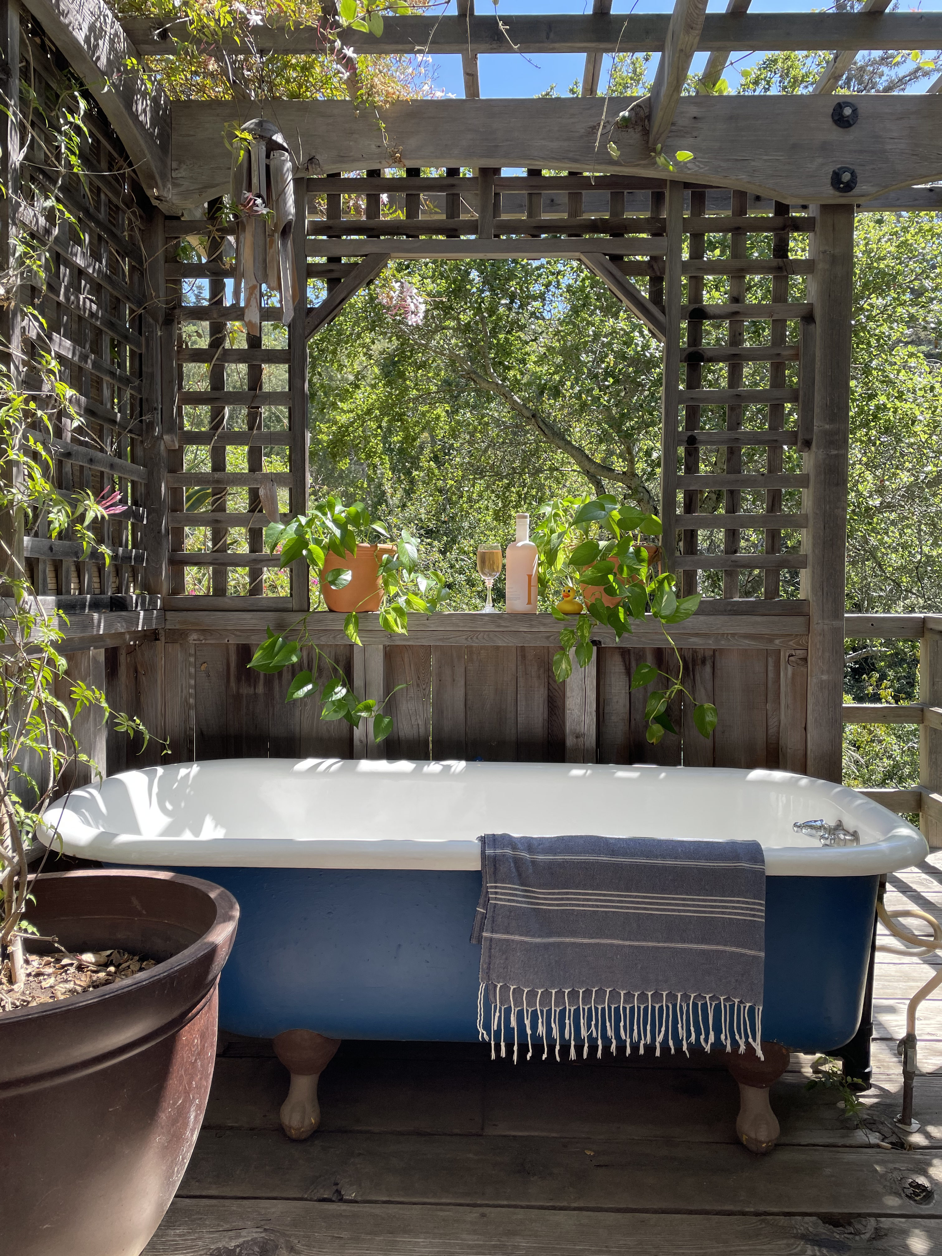 A Soak in an Outdoor Bathtub Is the Multi-Sensory Experience You Need